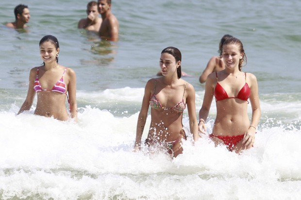 Sophie Charlotte, Thaila Ayala e Fiorella Mattheis na praia da Barra (Foto: Dilson Silva / Agnews)