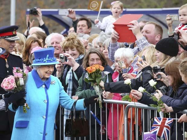 Rainha Elizabeth II chega à estação de Newtongrange, em Edimburgo, para inaugurar linha férrea no dia em que bate recorde de tempo no trono britânico (Foto: REUTERS/Andrew Milligan/Pool)