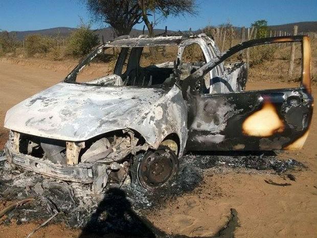 Suspeitos queimaram um veículo na saída da cidade durante fuga (Foto: Welber Lelis/ Site: Voz da Bahia)