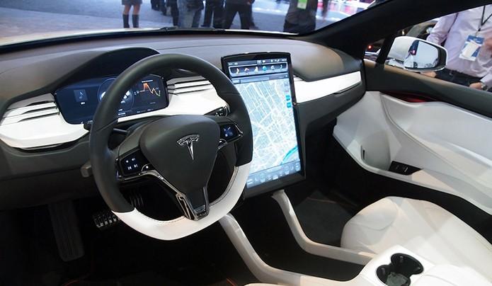 Carros conectados à internet, como o Tesla S, deverão ser alvo de ataques cibernéticos antes do que se imagina (Foto: Divulgação/Tesla)
