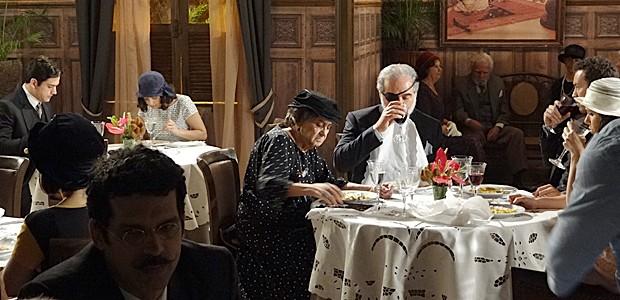 Berto não consegue tirar os olhos de Lindinalva (Foto: Gabriela/TV Globo)