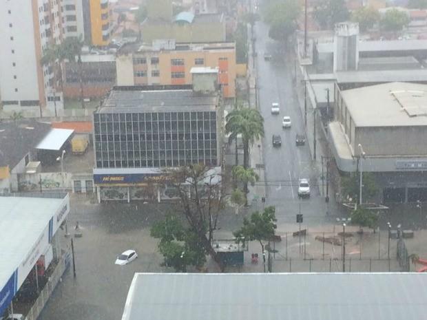 Trecho da Avenida Heráclito Graça que recebe obras ficou alagado e coberto de lama (Foto: Ramon Garcia/Arquivo pessoal)