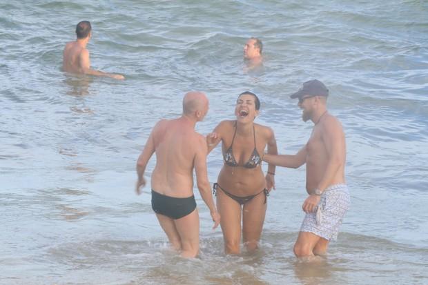 Leonardo DiCaprio com amigos em Trancoso (Foto: Fred Pontes/Divulgação)