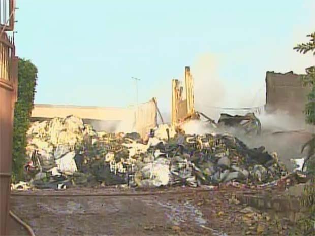 Fogo foi controlado no início da manhã e bombeiros devem continuar em Serrana para trabalho de rescaldo (Foto: Reprodução/EPTV)