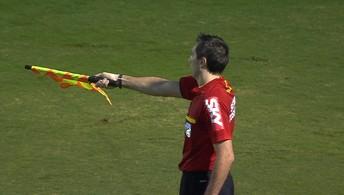 Gabriel Jesus domina na área e finaliza para o gol, mas arbitragem erra ao invalidar o lance