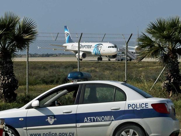Polícia monta guarda no Aeroporto de Larnaca, no Chipre, e observa o avião A320 da Egyptair sequestrado (Foto: Yiannis Kourtoglou / Reuters)