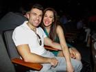 Claudia Raia e o namorado conferem musical em São Paulo