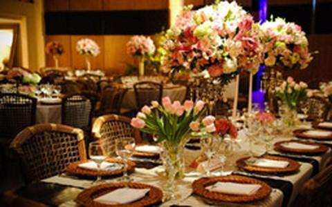Casamento em rosa e marrom: dupla compõe diferentes estilos de decoração