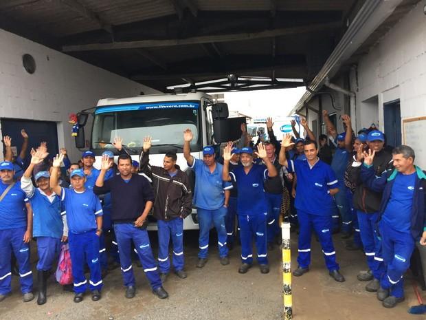 Funcionários da Litucera estão reunidos na sede da empresa (Foto: Paulo Roberto/Arquivo Pessoal)