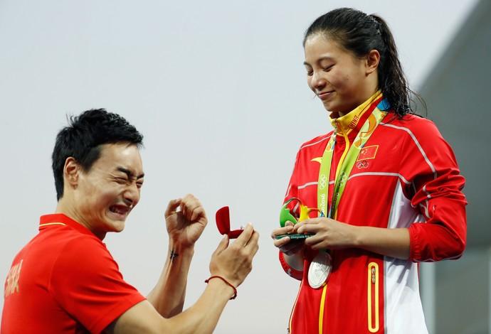 Chinesa He Zi é pedida em casamento no pódio (Foto: Clive Rose/GettyImages)