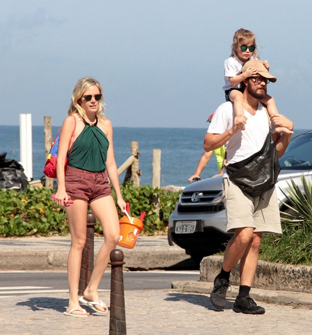 Gabriel Braga Nunes curte dia de praia com a mulher, Isabel e a filha, Maria (Foto: AgNews)