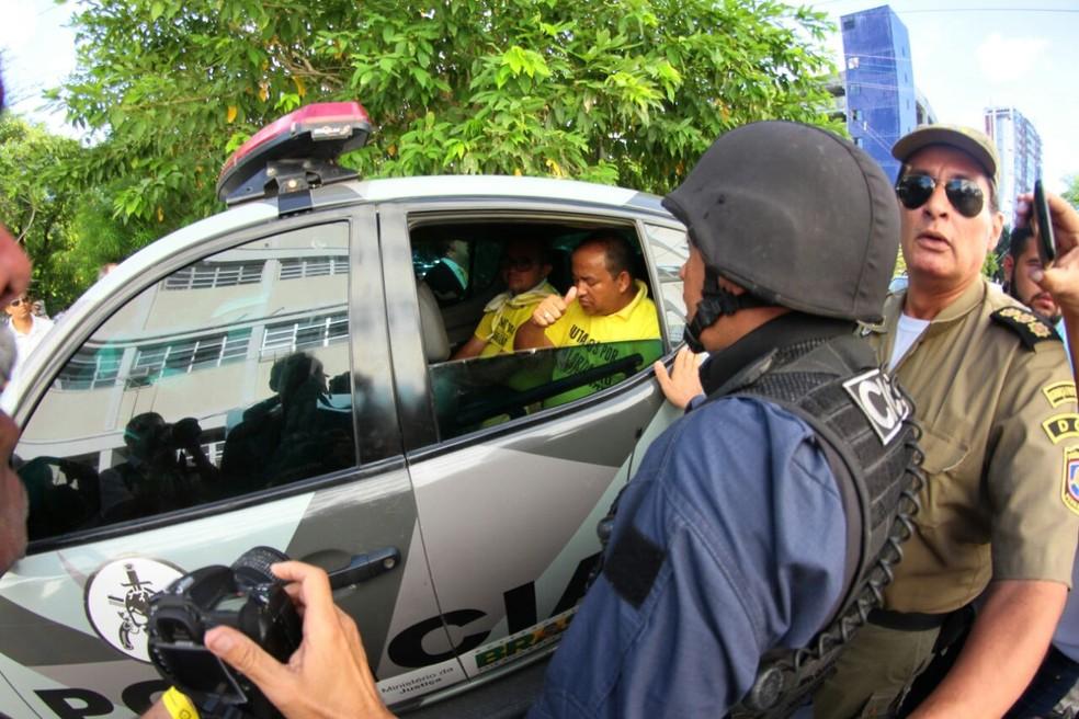 Presidente e vice de associação de PMs são presos por descumprir decisão judicial, na tarde desta sexta-feira (9), no Recife (Foto: Marlon Costa/Pernambuco Press)