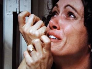 Marialva chora após os tapas do marido (Foto: Gabriela / TV Globo)