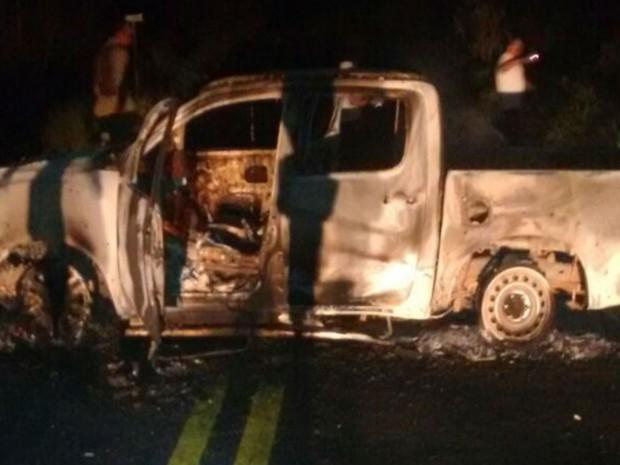 Veículos queimados foram usados pelos bandidos para bloquear as saídas da cidade (Foto: Blog do Sigi Vilares)