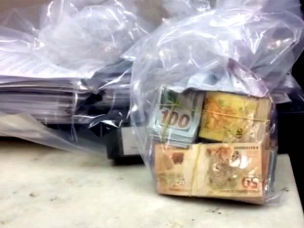 Dinheiro e documentos foram apreendidos pelo Gaeco e levados para o 1º DP em Campinas (Foto: Reprodução / EPTV)