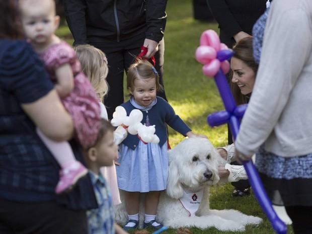 Princesa Charlotte durante festa a familiares de militares nesta quinta-feira (29) no Canadá (Foto: REUTERS/Chris Wattie)
