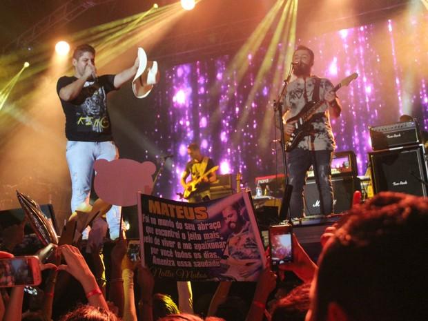 Fãs fizeram de tudo para chamar atenção da dupla durante apresentação no Sambódromo de Manaus (Foto: Gabriel Machado/G1 AM)