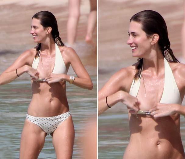 Em tarde de praia, mulher de Mark Wahlberg mostra demais ao ajeitar biquíni