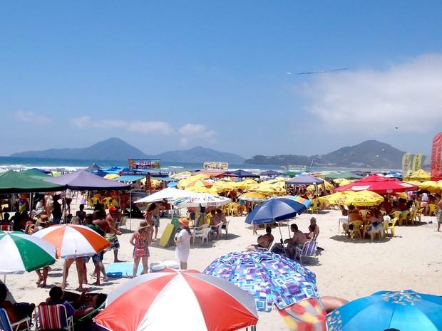 Com esta sábado de sol (27), turistas aproveitaram para lotar a Praia Grande em Ubatuba (Foto: Vinícius Nadena)
