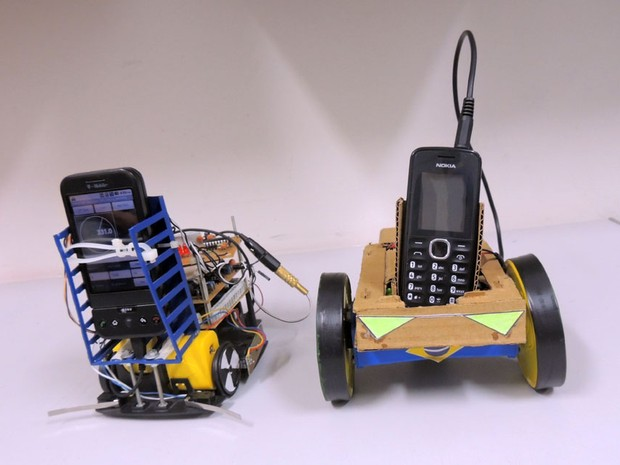 Uso do celular para processar dados barateia a montagem do robô (Foto: Felipe Gibson/G1)