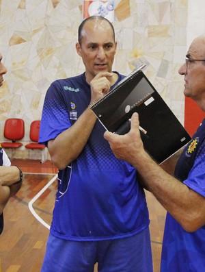 Manny Quezada, Edvar Simões e Cadum São José Basquete (Foto: Antônio Basílio/ PMSJC)