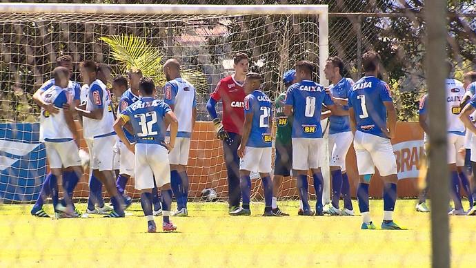 Mayke e Ariel Cabral se desentendem durante treino no Cruzeiro (Foto: Reprodução / TV Globo Minas)
