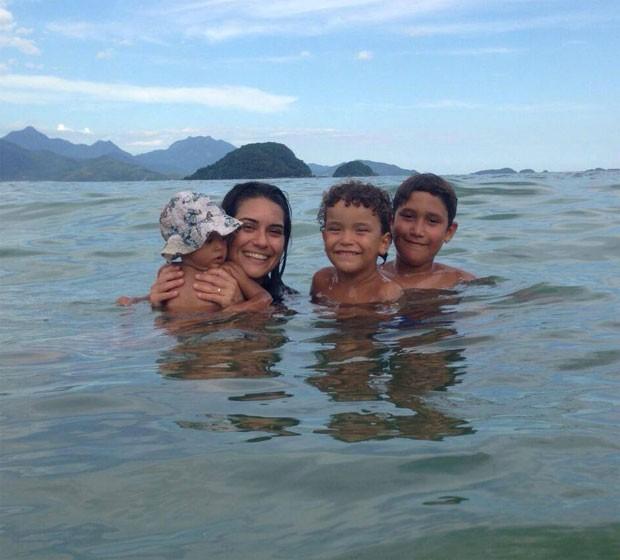 Marcela Reis e os filhos, Gaia, Damião e Samuel (Foto: Reprodução/ Facebook)