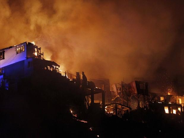 Casas são consumidas pelas chamas em Valparaíso, no Chile. (Foto: Luis Hidalgo/AP Photo)