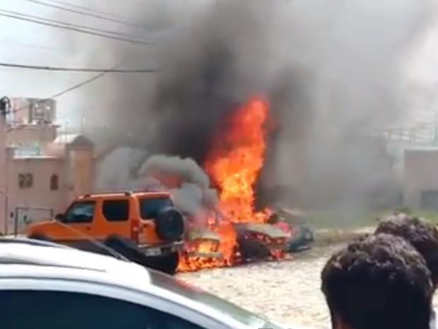 Fogo, que começou em um dos carros, se espalhou para os demais veículos (Foto: Reprodução/Vídeo)