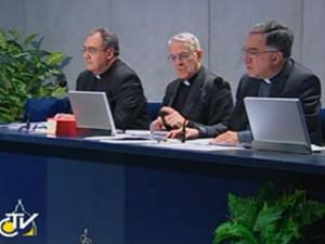 Entrevista coletiva à imprensa dada pelo porta-voz do Vaticano Federico Lombardi (ao centro) nesta sexta-feira (Foto: Reprodução/ Centro Televisivo do Vaticano)