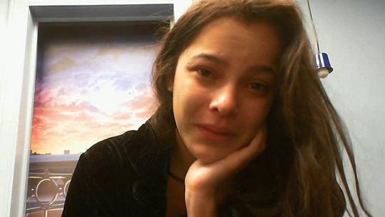 Raio-X BBB: Emilly cai no choro ao relembrar morte da mãe