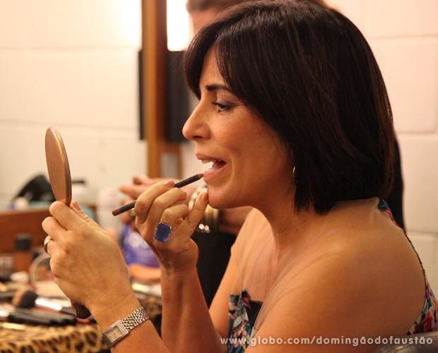 Glória Pires dá os últimos retoques na maquiagem (Foto: Carol Caminha / TV Globo)