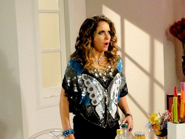 Chayene escuta a fofoca e se desespera (Foto: Cheias de Charme / TV Globo)
