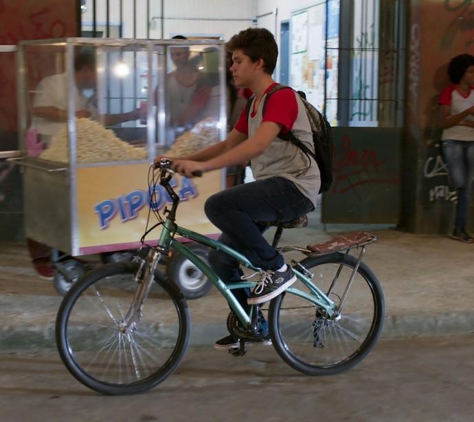 O aluno sai cansado da aula e pega a bike (Foto: TV Globo)