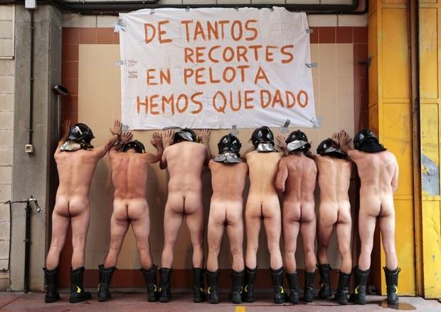Bombeiros nus protestam contra as medidas de austeridade do governo da Espanha nesta quinta-feira (19) (Foto: Cesar Manso/Reuters)