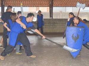 Mulheres são incentivadas a participar dos treinos de swordplay (Foto: Carol Giantomaso/G1)
