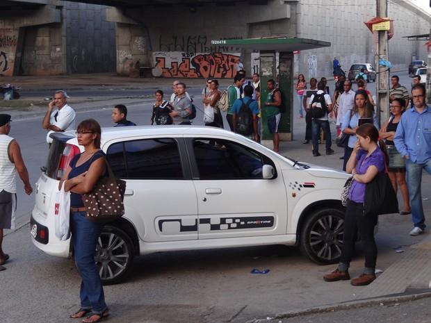 Para de ônibus na Estrada da Batalha sentido centro - apenas micro-ônibus e fretados passam (Foto: Katherine Coutinho/G1)