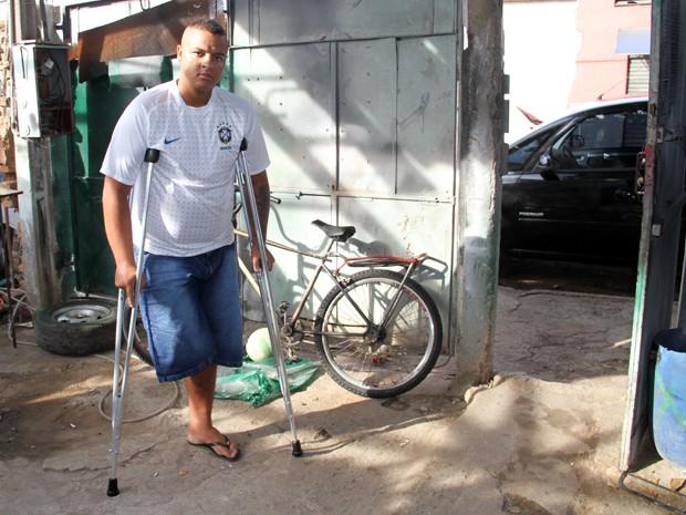 Jovem perde a perna após ser baleado por guarda civil em São José (Foto: Carlos Santos/ G1)