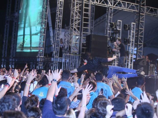 Baixista do Simple Plan se joga para público do Ceará Music (Foto: Fred Pontes/Divulgação)