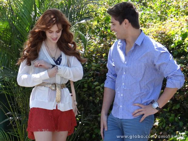 Sophia e Daniel se divertem durante a gravação (Foto: Amor à Vida/TV Globo)
