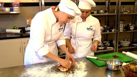 Goianos fazem cursos de culinária para conseguir emprego e aumentar renda; veja como se inscrever