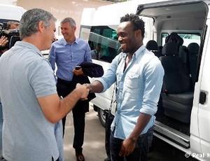 Mourinho na chegada de Essien ao Real Madrid (Foto: Divulgação / Site oficial do Real Madrid)