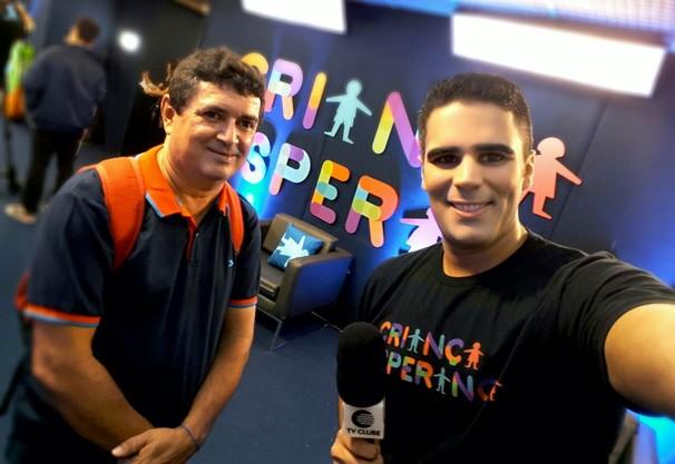 Repórter cinematográfico Fernando Cardoso e apresentador Helder Vilela no Criança Esperança (Foto: TV Clube)
