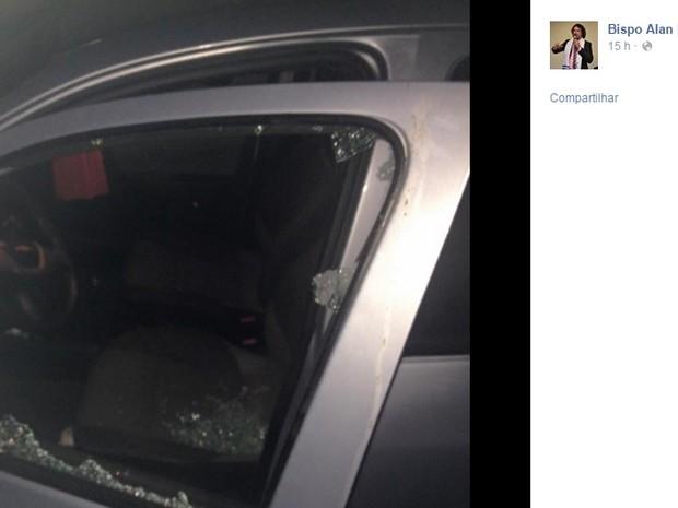 Vidro de veículo do bispo Alan Luz foi atingido por tiro; 'não me atingiu por um milímetro', diz (Foto: Alan Luz/Facebook/Reprodução)
