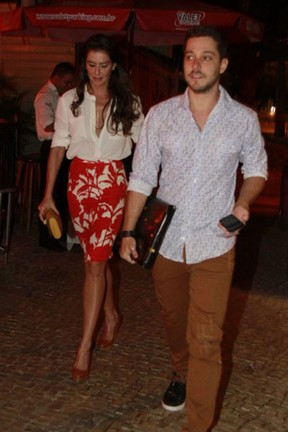Deborah Secco e o namorado, Bruno Torres, em festa no Rio (Foto: Isac Luz/ EGO)