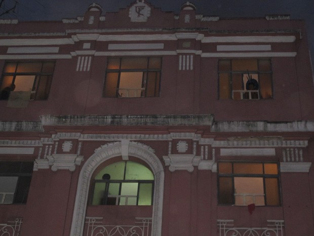 De cocar, índio olha pela janela de albergue (Foto: João Bandeira de Mello)