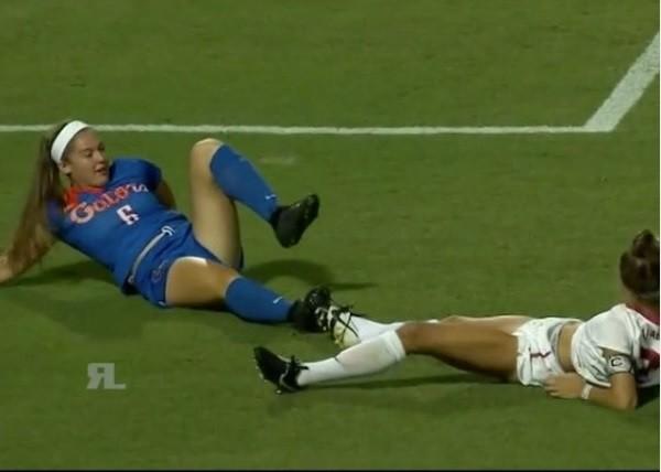 Jogadoras protagonizam cena inusitada em jogo de futebol nos Estados Unidos
