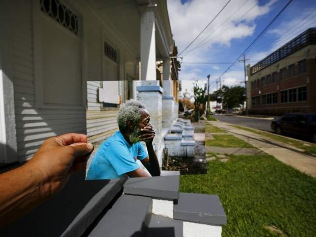 Foto tirada em 2005 mostra homem sentado na varanda de sua casa depois da passagem do furacão Katrina que destruiu a cidade (Foto: REUTERS/Carlos Barria)