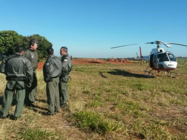 Policiais fazem buscas pelos suspeitos na manhã desta quinta-feira (Foto: Monize Poiani/TV TEM BAURU)