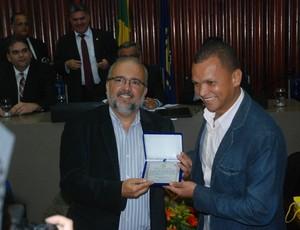 Warley recebe homenagem de Sérgio Meira na Assembleia Legislativa da Paraíba (Foto: Richardson Gray / Globoesporte.com/pb)